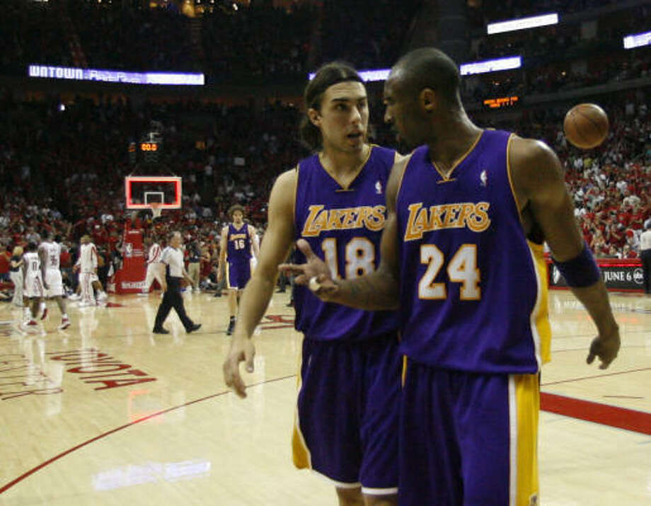 Lakers guard Kobe Bryant, right, had some things to say to Sasha Vujacic at the end of the first half of the Rockets' 95-80 victory in Game 6 on Thursday at Toyota Center. Photo: Nick De La Torre, Chronicle