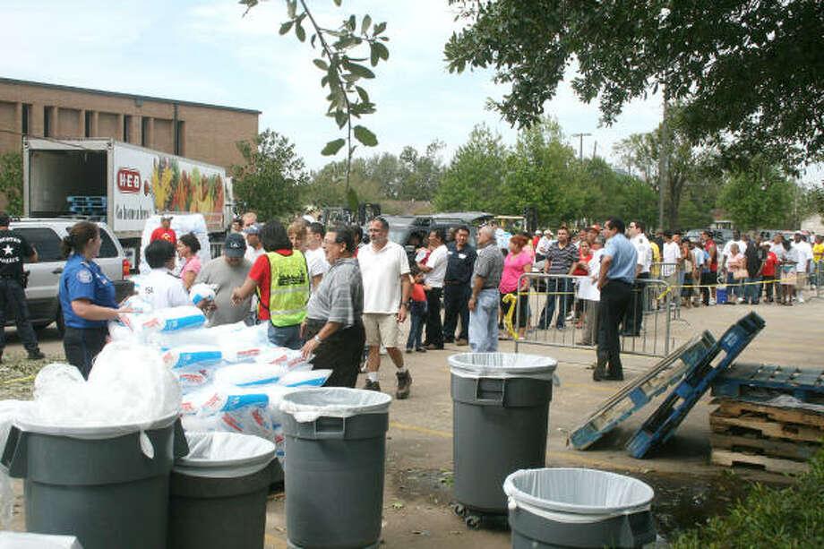 Aunque la mayoría de los puntos de distribución de alimentos ha sido cerrada, dado el restablecimiento del servicio de electricidad en las áreas aledañas, la Agencia Federal de Emergencias (FEMA) ha abierto otros centros de ayuda humanitaria. Photo: Pin Lim, Para El Houston Chronicle