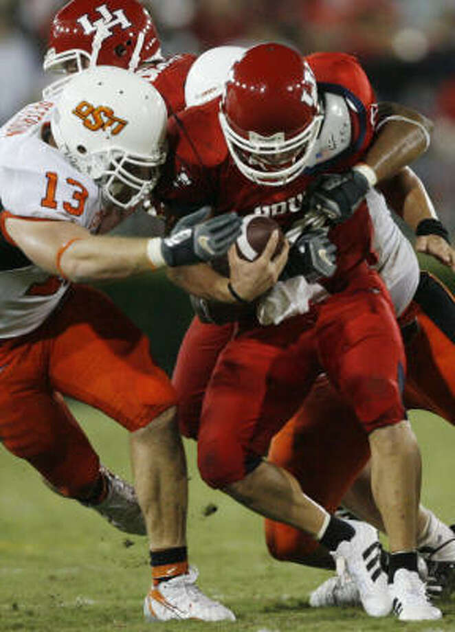 Oklahoma State couldn't stop UH quarterback Kevin Kolb, right, who threw for 313 yards and four touchdowns. Photo: Kevin Fujii, Houston Chronicle