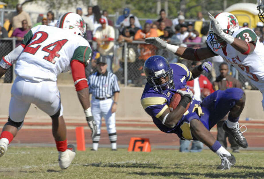 Running back Donald Babers led Prairie View to its latest victory by rushing for 215 yards against Mississippi Valley State. Photo: Tony Bullard, For The Chronicle