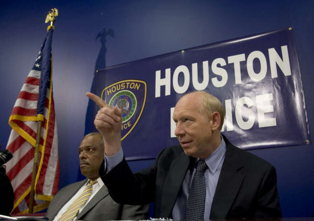 Mayor Bill White and Police Chief Harold Hurtt discuss the final report on HPD crime lab.