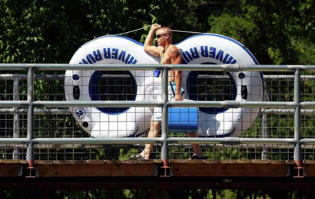 A tuber heads to the Comal River Sunday July 24, 2011 at Hinman Island Park in New Braunfels. Photo: EDWARD A. ORNELAS, Edward A. Ornelas/Express-News / © SAN ANTONIO EXPRESS-NEWS (NFS)