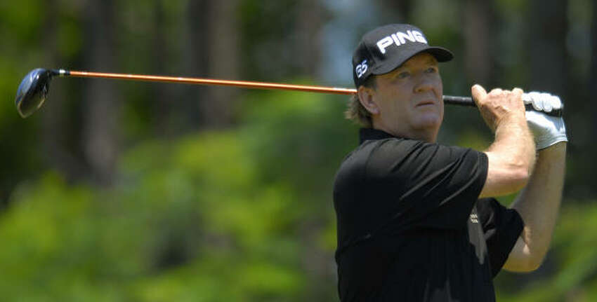 Bob Gilder's 6-under-par 66 in the second round included putts for eagle and birdie on two of the final three holes.