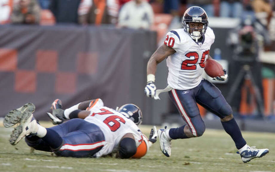 Steve Slaton (right) is the type of player that could help the Texans turn the corner, Richard Justice writes. Photo: James Nielsen, Houston Chronicle