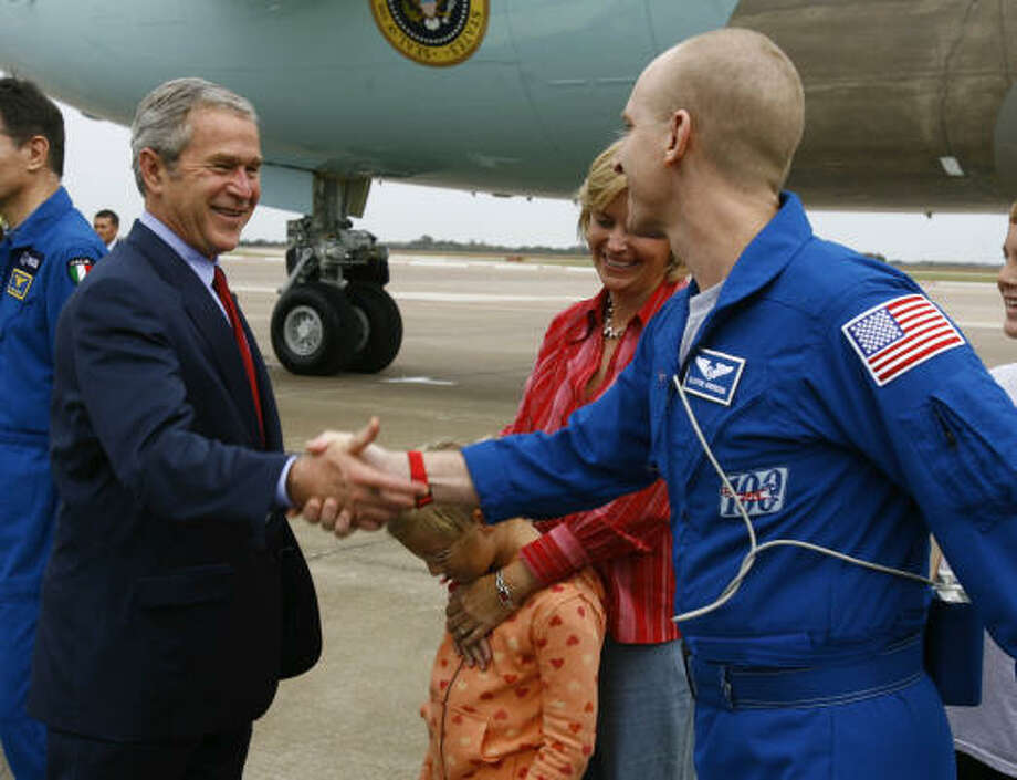 President Bush greets astronaut Clayton Anderson at Ellington Field on Thursday. Photo: Nick De La Torre, Chronicle