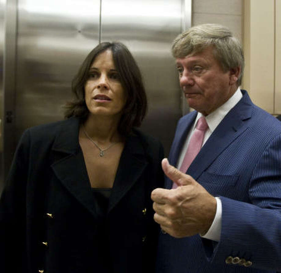 Houston firefighter Jane Draycott leaves the Harris County Criminal Justice Center with her attorney Rusty Hardin after a hearing Aug. 17, 2010, in Houston. Photo: James Nielsen, Chronicle