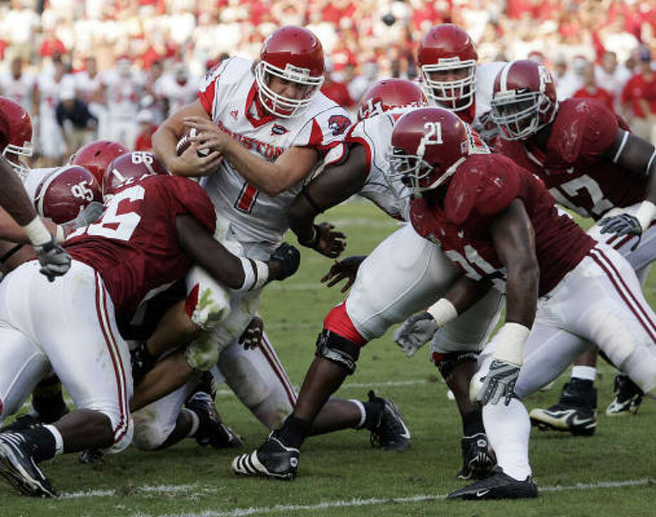 Houston quarterback Case Keenum (7) fights for a touchdown against the Alabama defense during the second half. Photo: Butch Dill, AP
