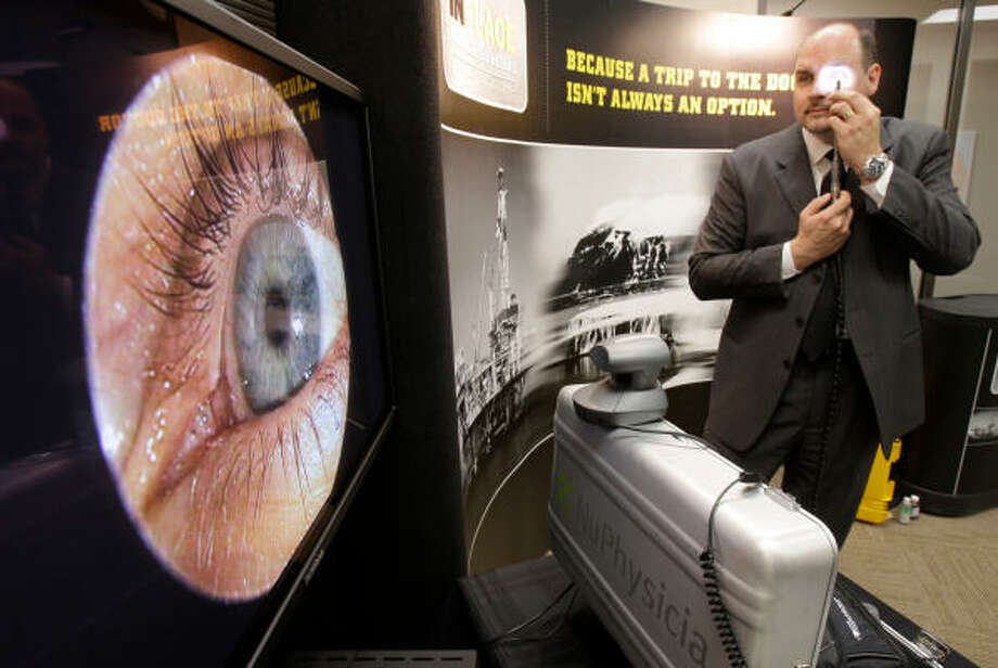 CRYSTAL-CLEAR VISUALS: Dr. Glenn Hammack, president and CEO of NuPhysicia, on the Southwest Freeway, demonstrates the InPlace Medical Solutions medical videoconferencing system.  Photo: Melissa Phillip, Chronicle