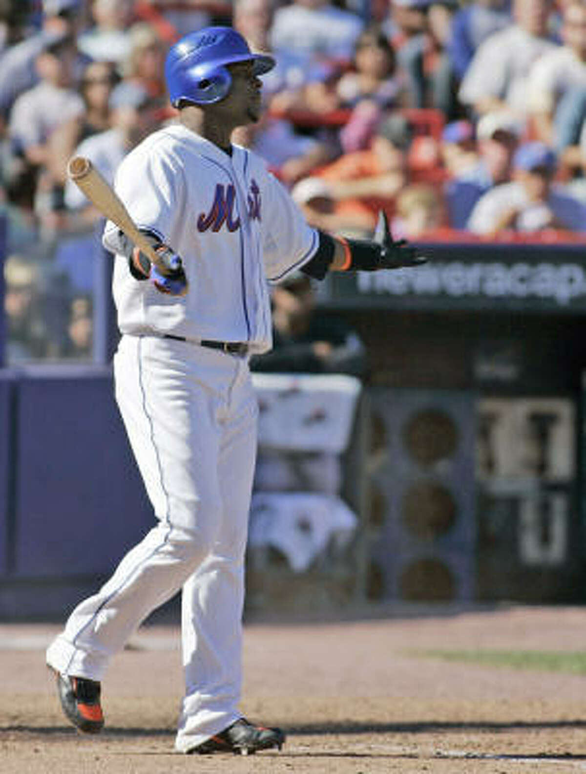 Astros general manager Ed Wade plans on speaking with the agent of Mets free agent second baseman Luis Castillo.
