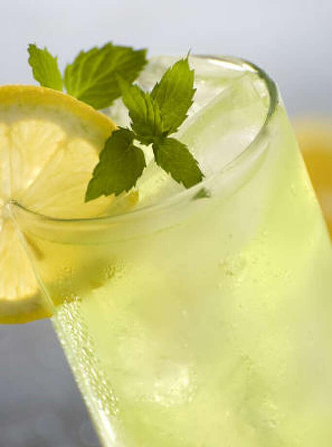 A cold, fresh lemonade drink also has health benefits. Photo: Fotolia
