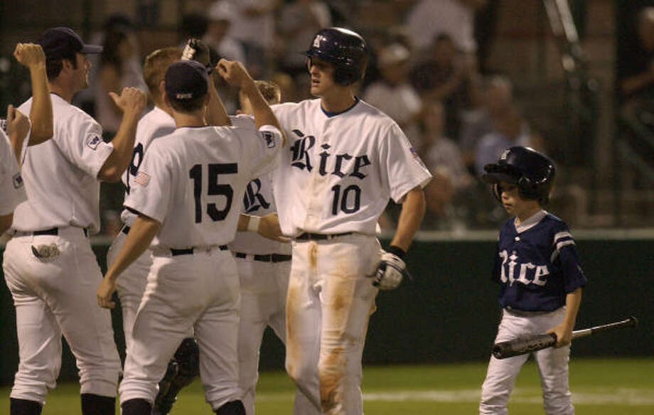 Lance Pendleton (10) celebrates with his Rice teammates in 2004. Photo: Melissa Phillip, Chronicle