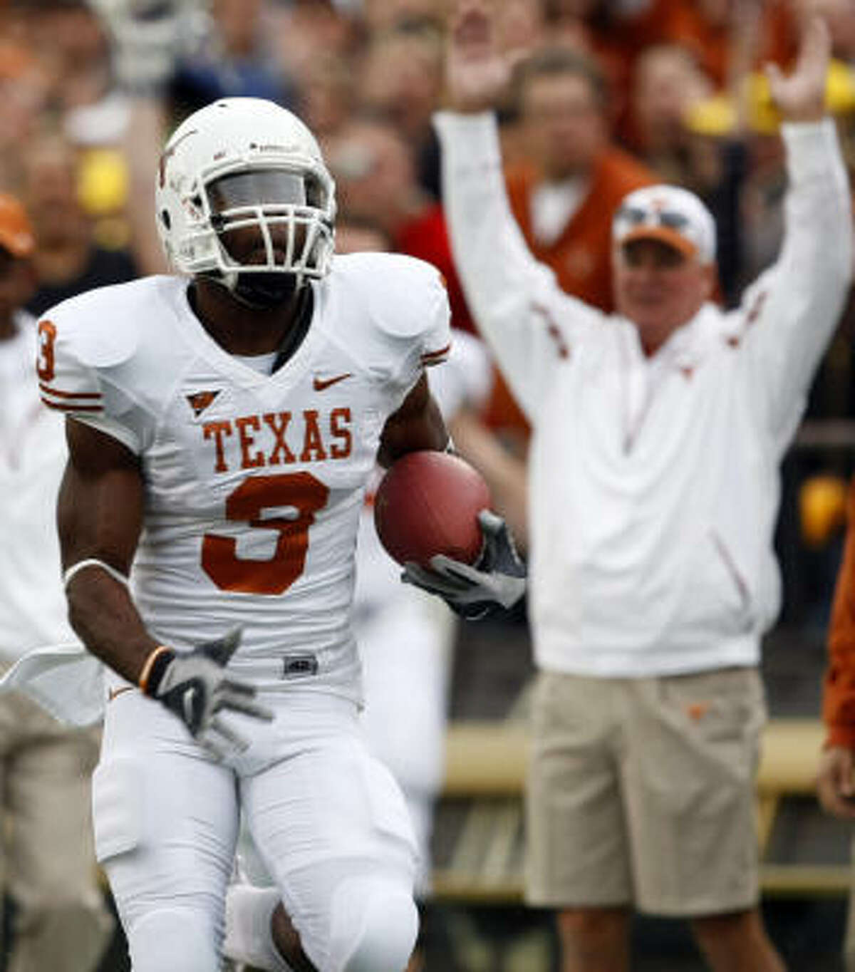Strake Jesuit product Chris Ogbonnaya heads for a touchdown for UT.