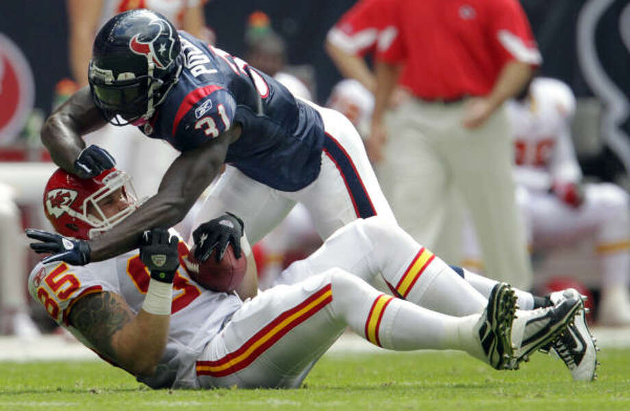 The Texans' Bernard Pollard hits Chiefs tight end Jake O'Connell. Photo: Karen Warren, Chronicle