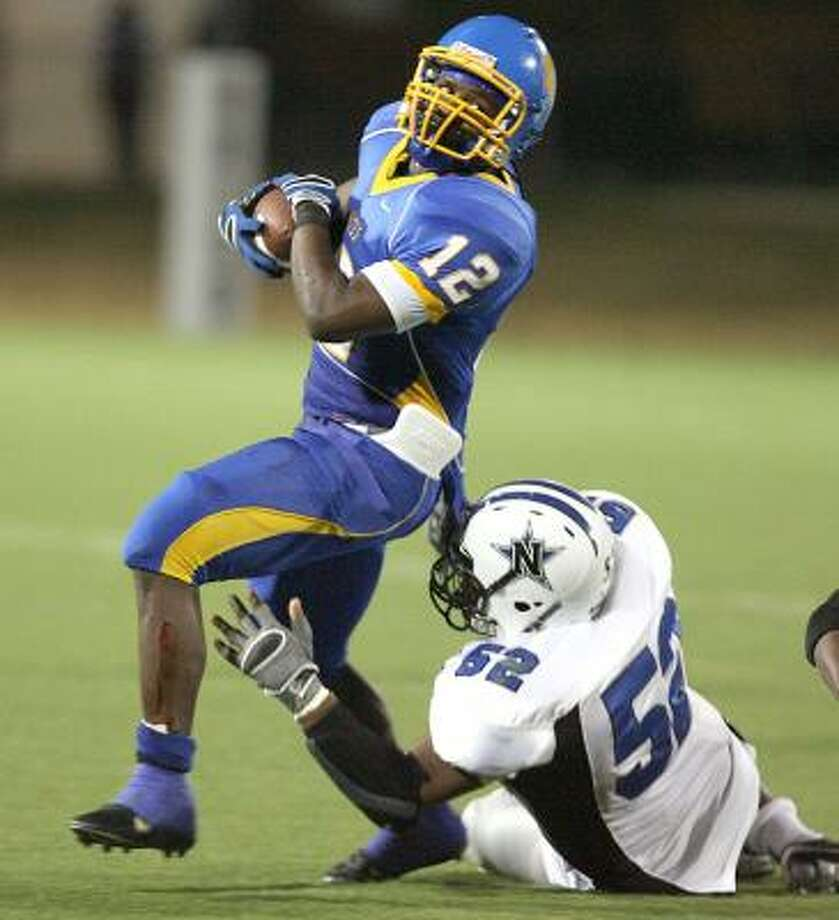 LaVega ballcarrier Chris Parr tries to elude the tackle of Navasota's Deondre King in second quarter playoff on Friday night in Round Rock. Photo: DUANE A. LAVERTY, WACO TRIBUNE-HERALD
