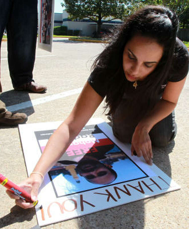Melisa Valle writes thank-you on a sign after the news of the release of Muhammad Radwan, an Egyptian-American who had been held in Syria after his online posting about unrest there. Photo: James Nielsen, Chronicle