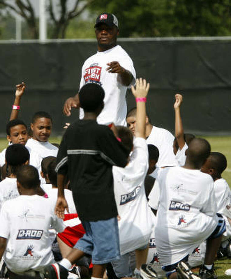 DeMeco Ryans works with a group of kids at First and Ten Youth Football Camp at Methodist Training Center. Photo: Karen Warren, Chronicle