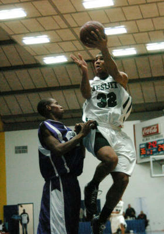 Strake Jesuit forward Joey Brooks (32) has helped the team to a reacord of 21-0. Photo: Kirk Sides, For The Chronicle