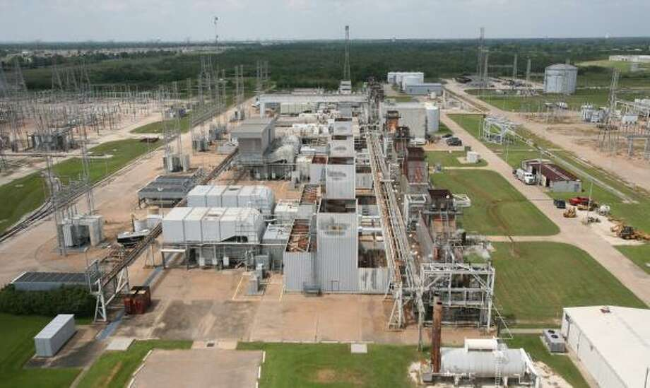 Experts say the problems behind Texas' deregulated electricity market lie in the wholesale power system, where power plant operators sell electricity, not in the retail market. Photo: STEVE CAMPBELL, CHRONICLE