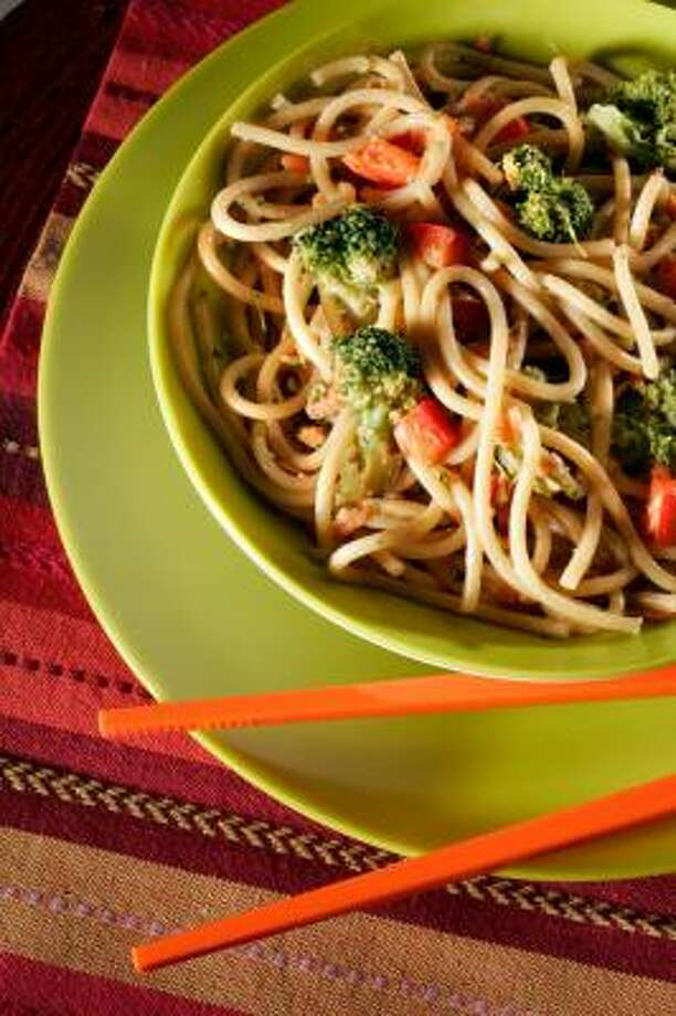 TOSS IT:Spaghetti, vegetables and a peanut-butter sauce in this cold noodle dish make a fast, healthful dish. Photo: TAMMY LJUNGBLAD, KANSAS CITY STAR