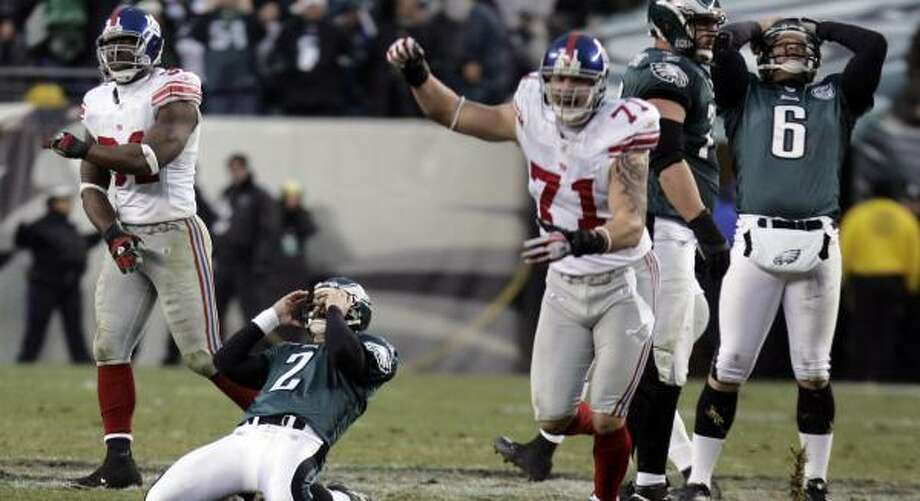 David Akers (2) and the Eagles are dismayed while the Giants are ecstatic after Akers missed a game-tying field goal attempt. Photo: BARBARA JOHNSTON, MCCLATCHY-TRIBUNE