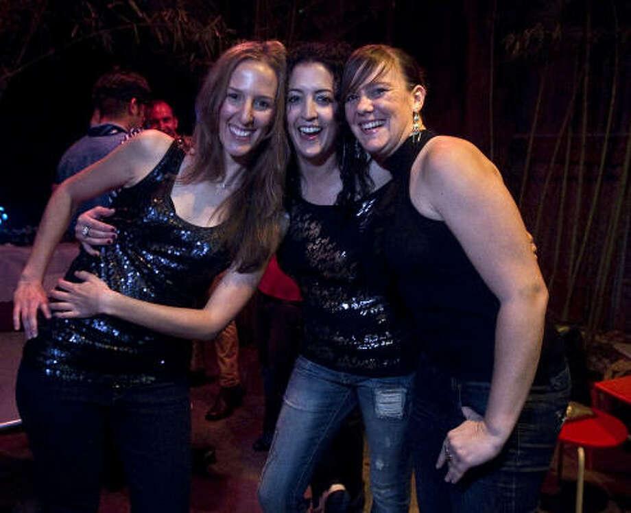 De izq. a der., Laura Melcón, Carla Jano y Mireia López durante una noche de fiesta en el restaurante Mo Mong, uno de los lugares donde salen a cenar para luego seguir en una discoteca. Photo: James Nielsen, La Voz