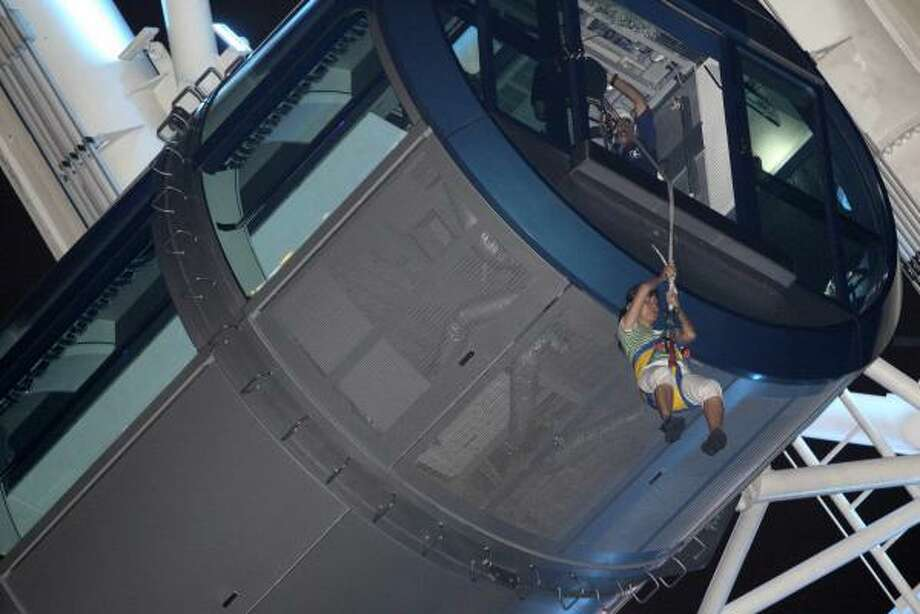 Rescue workers evacuate passengers from a capsule of the Singapore Flyer, which was stuck for six hours Tuesday. Photo: WONG MAYE-E, ASSOCIATED PRESS