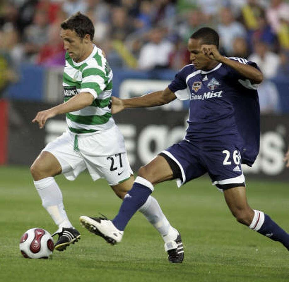 Celtic FC's Scott McDonald, left, battles the Dynamo's Ricardo Clark of Houston for the ball. Photo: Jack Dempsey, AP