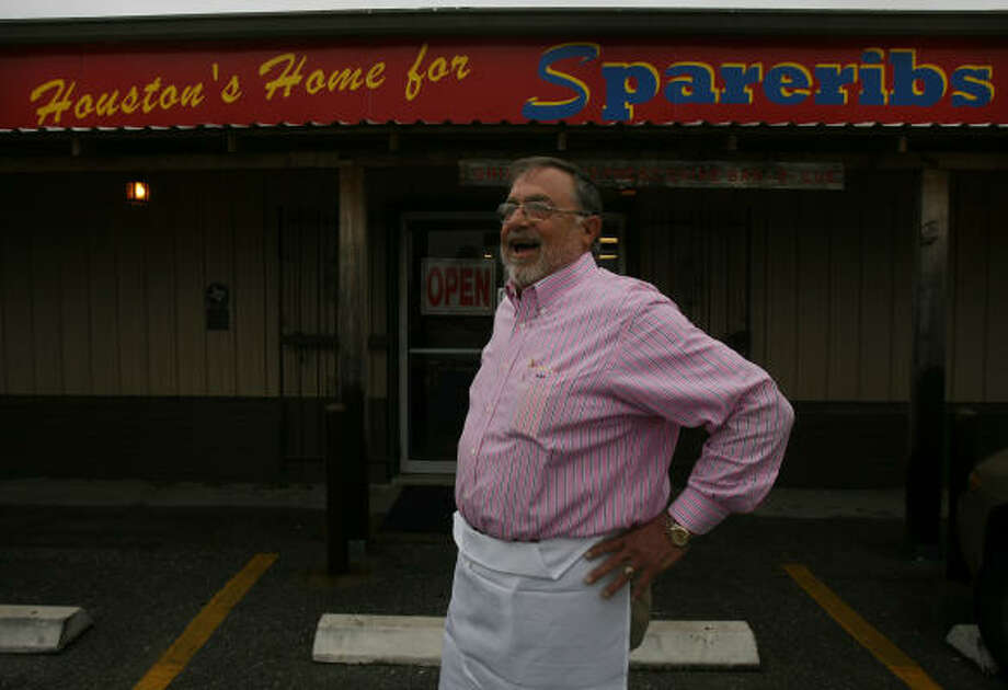 BOOST FROM WORDS: Jerry Pizzitola, owner of Pizzitola's Bar-B-Cue in the Heights, says a new sign touting his spareribs has made 'a tremendous difference' in business. Photo: Mayra Beltran, Houston Chronicle