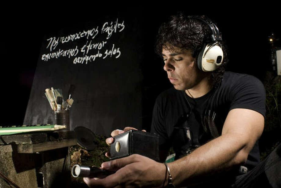 El cantautor puertorriqueño Omar García le da a la letra de una canción la importancia de un instrumento musical clave. Photo: Warner Music