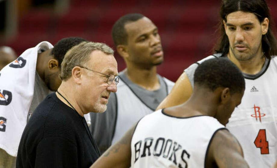 Rick Adelman da indicaciones a sus jugadores durante de una práctica de los Rockets en el Toyota Center de Houston. Photo: Nick De La Torre, Houston Chronicle