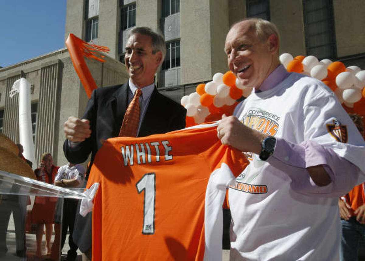 Dynamo president Oliver Luck, left, with former Houston mayor Bill White, says the team has not abandoned plans to build on 12 acres of city-owned land downtown.