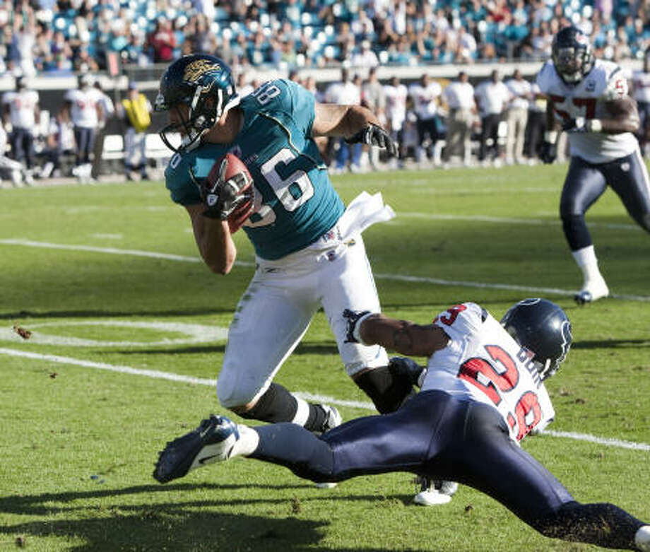Jaguars tight end Zach Miller (86) breaks away from Texans cornerback Glover Quin on a 52-yard touchdown catch-and-run in the fourth quarter Sunday. Quin later batted David Garrard's Hail Mary pass into the arms of Mike Thomas for the game-winner. Photo: Brett Coomer, Chronicle