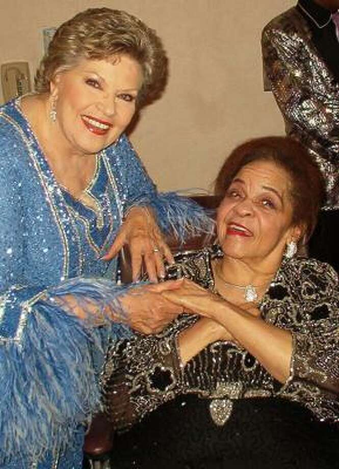 Zola Taylor, right, greets singer Patti Page in Atlantic City, N.J., in 2004. Photo: CHEKA ABUBAKARI, AP