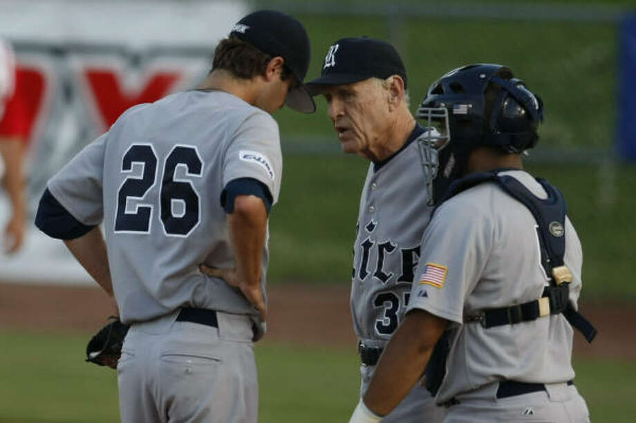 Rice head coach Wayne Graham has a talk with pitcher Taylor Wall in the second inning. Photo: Nick De La Torre, Chronicle