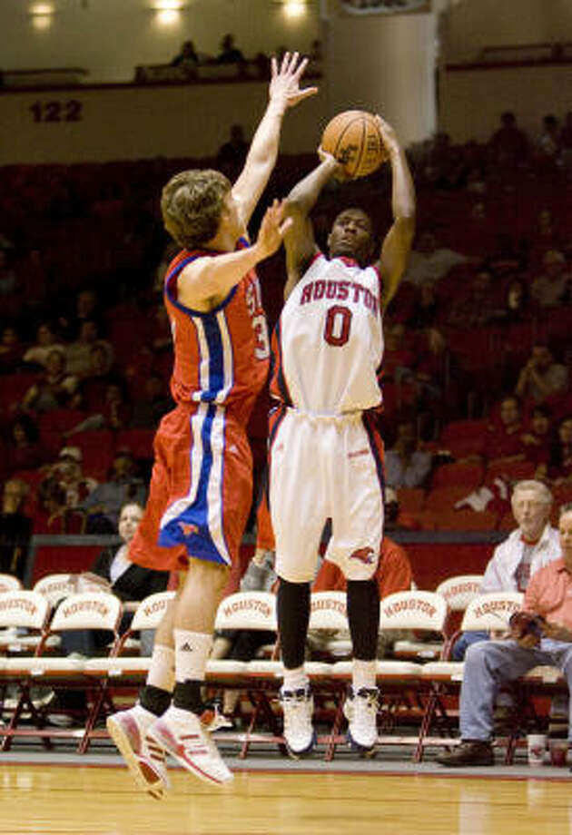 Houston guard Kelvin Lewis played tough defense against the C-USA Preseason Player of the Year. Photo: Bob Levey, For The Chronicle