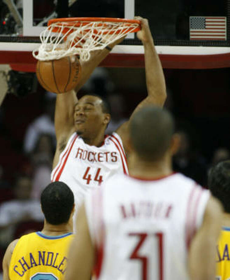 A speech from Chuck Hayes (44) helped spur the Rockets. Photo: Kevin Fujii, Chronicle
