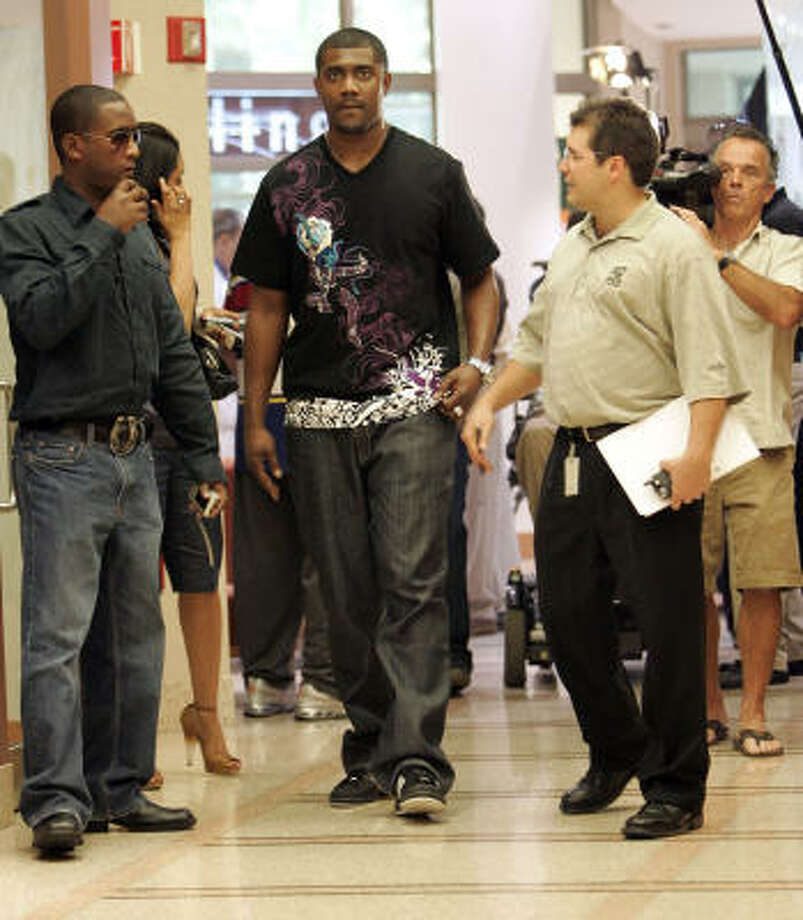 Former Bills tight end Kevin Everett, center, tours The Miami Project to Cure Paralysis. Researchers from the facility are credited with helping him recover from a life-threatening spinal cord injury. Photo: DAVID ADAME, AP
