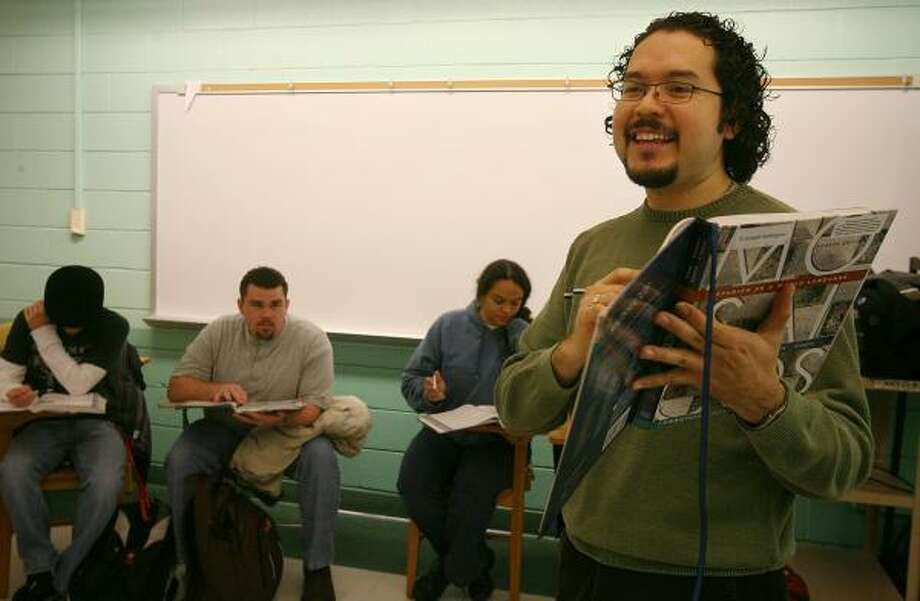 University of Houston professor Joseph Rodriguez teaches his Spanish class on Monday. Photo: MAYRA BELTRÁN, CHRONICLE