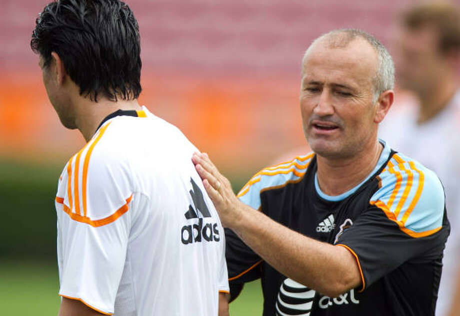Dynamo coach Dominic Kinnear, right, will face off against old friend Frank Yallop when his squad hosts San Jose. Photo: Nick De La Torre, Chronicle
