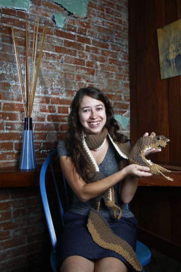Rachelle Vásquez, con una bufanda de ardilla, un arte-objeto que la ha hecho conocida en Houston como artista y activista por los derechos de los animales. Photo: Michael Paulsen, La Voz