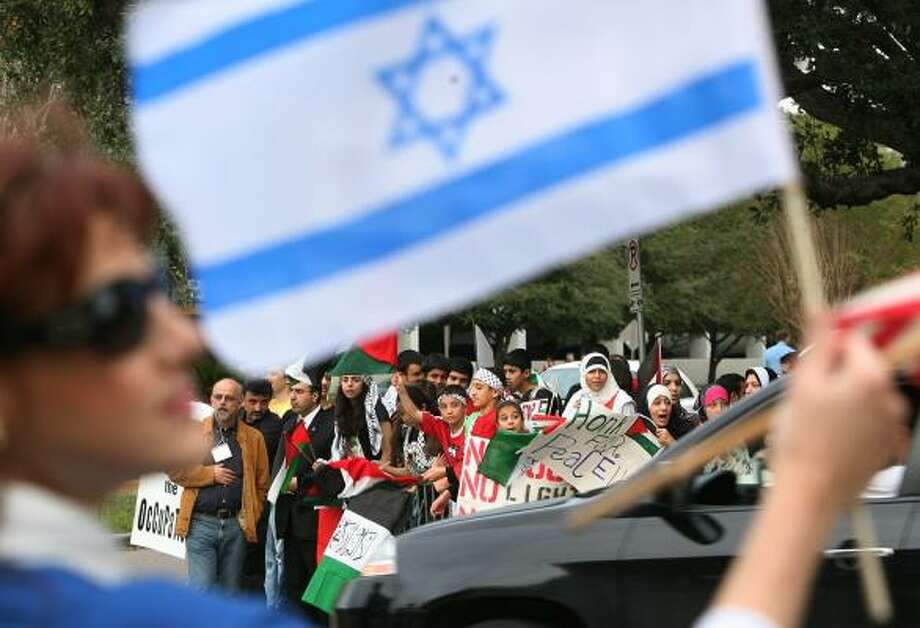 The violence in Gaza drew hundreds of pro-Palestinian protesters Friday to the Embassy of Israel on Weslayan. About a dozen counterprotesters set up a pro-Israel rally across the street. Photo: MAYRA BELTRÁN, CHRONICLE