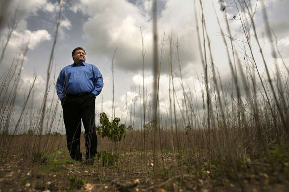 Private investigator Mark Stephens, a former Houston policeman, says it took only minutes to find the remains of Marty Koci in a field that Harris County deputies had already searched. Other errors by sheriff's deputies could let Koci's killer go free. Photo: Mayra Beltrán, Chronicle