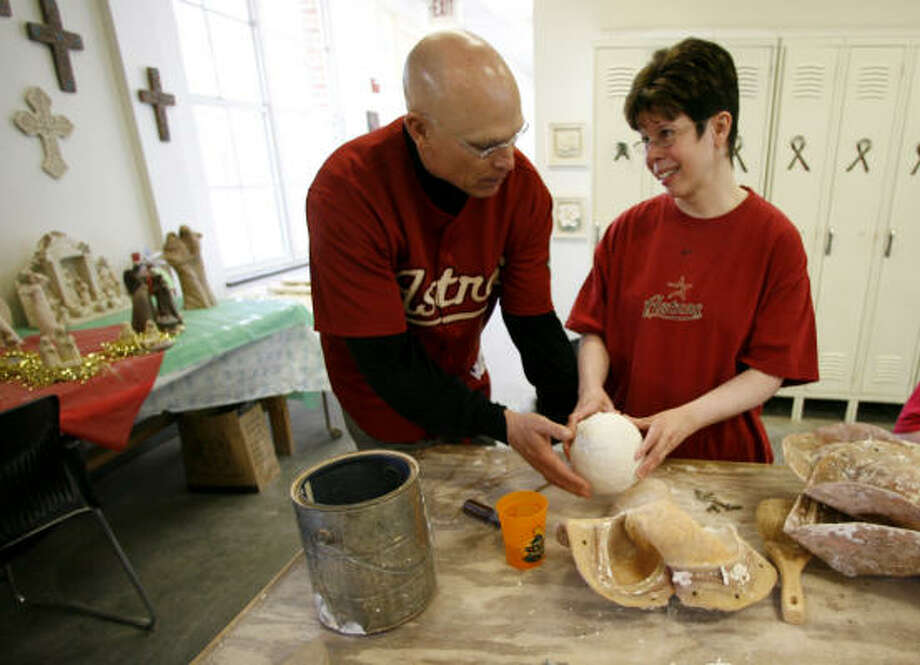 Astros manager Brad Mills, left, helps Monica Abrams with her ceramic piece at Brookwood Community. Photo: Karen Warren, Chronicle