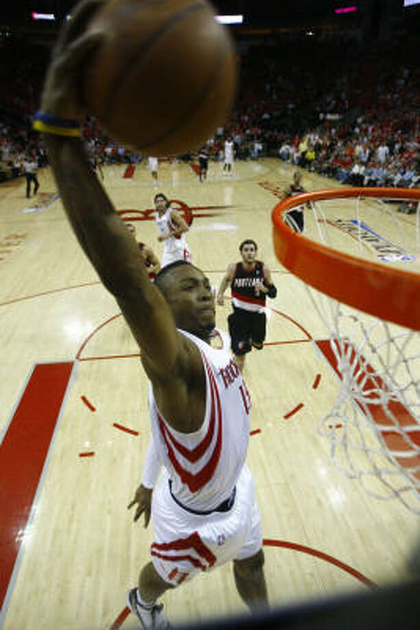 Rockets guard Von Wafer drops a break-away tomahawk dunk during the second quarter. Photo: Nick De La Torre, Chronicle
