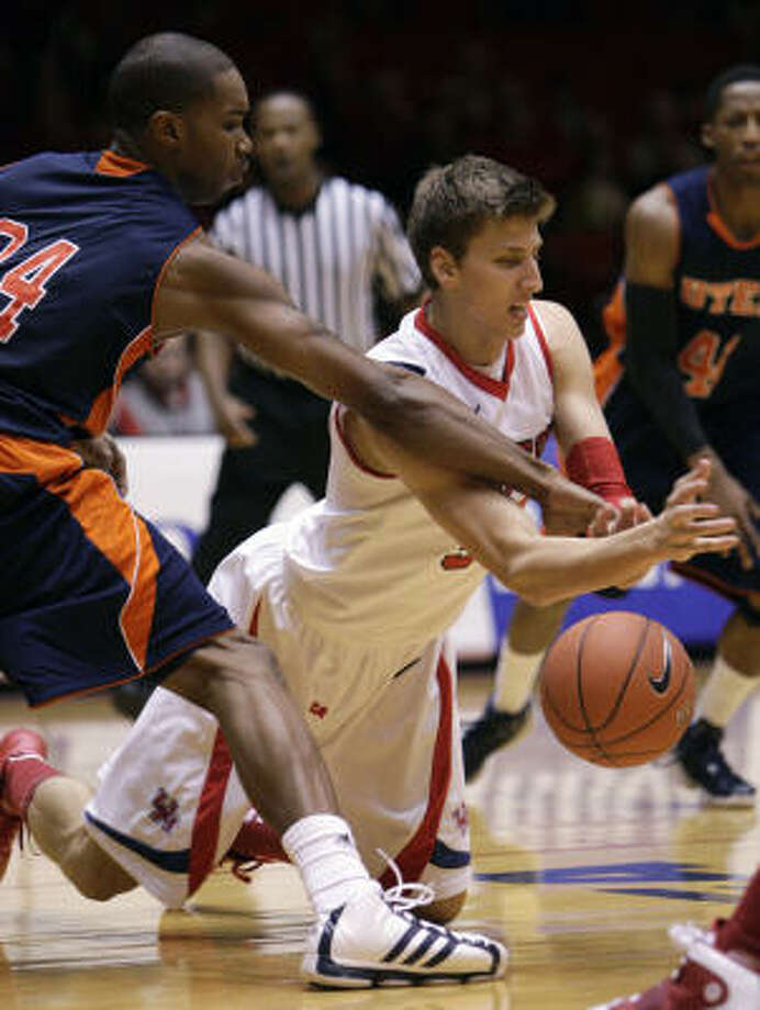 UH's Kirk Van Slyke, center, battles for a loose ball with UTEP's Jeremy Williams during the first half. Photo: Bob Levey, For The Chronicle