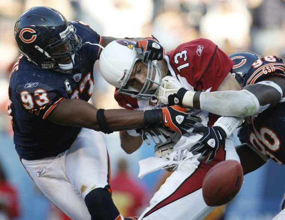 Chicago Bears defensive end Adewale Ogunleye, left, had 6½ sacks last year before suffering a season-ending injury. Photo: Nam Y. Huh, AP