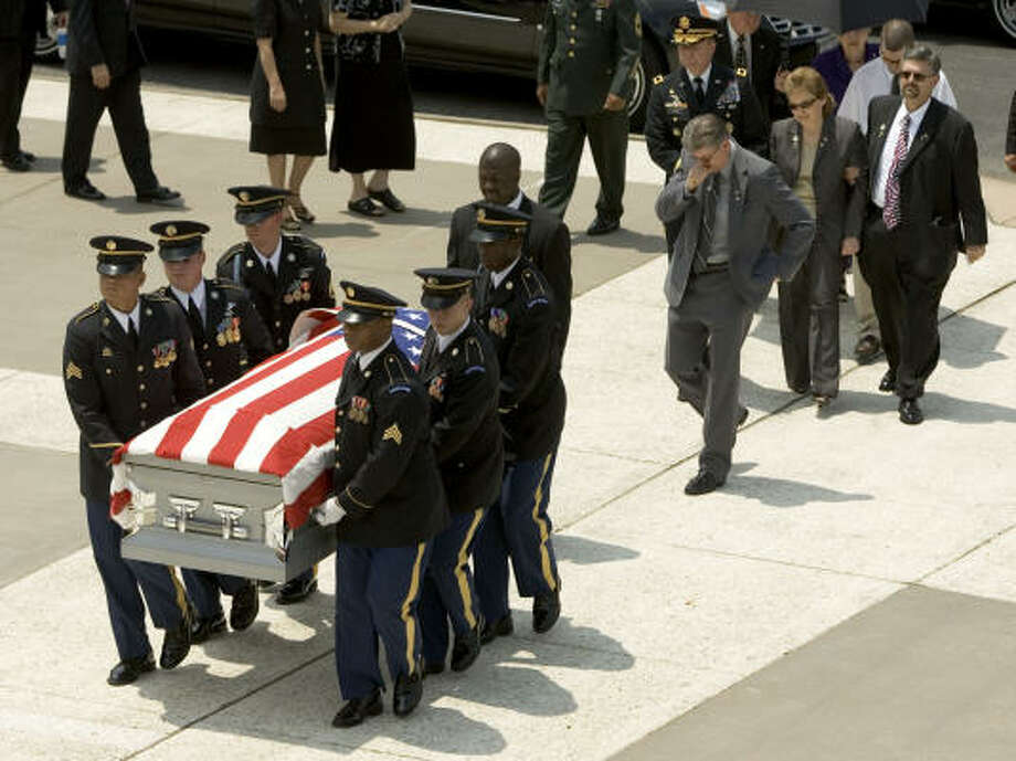 A U.S. Army Honor guard carries the casket of Cpl. Zachary Endsley as he family follows Friday, Aug. 3, 2007, Houston. Endsley was killed July 23 while on combat duty in Afghanistan. Shown behind the casket from left are his father, Terry Endsley, Gen. Bill Weber, his mother, Melinda Carroll and step-father, David. Photo: Brett Coomer, Chronicle