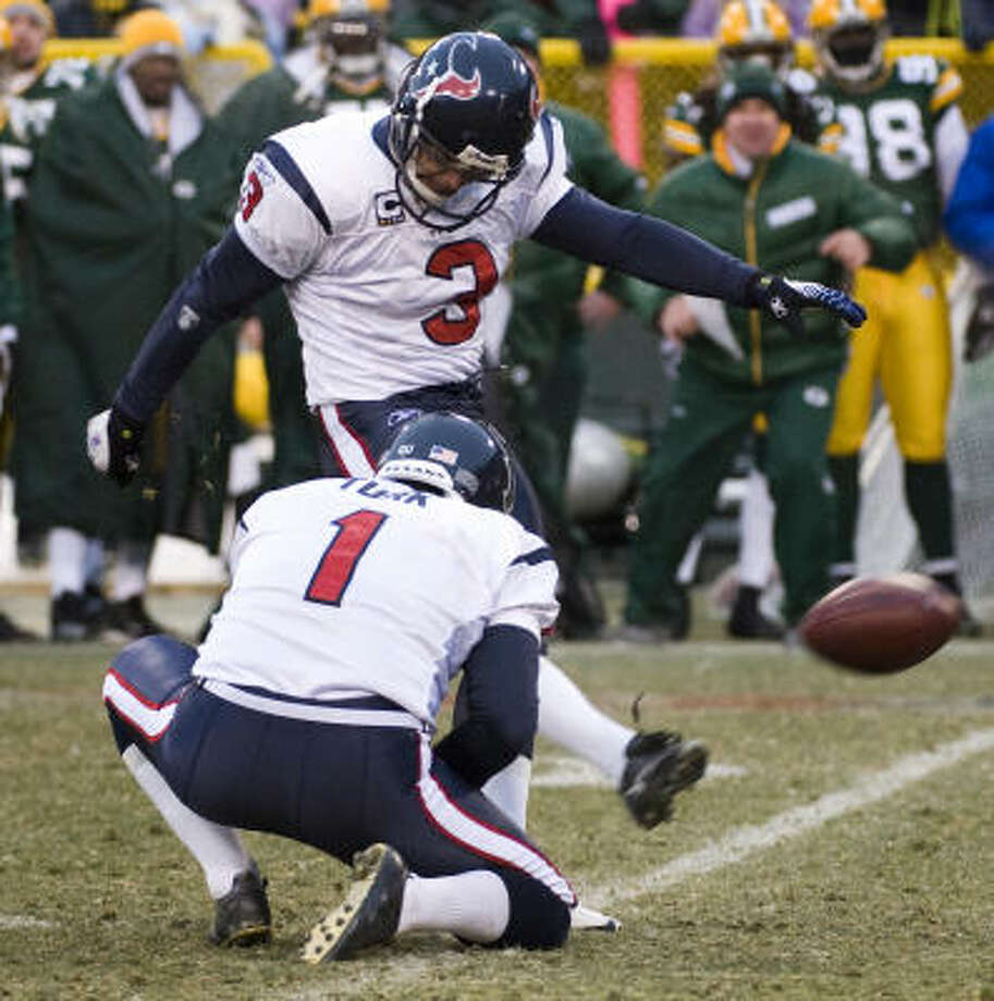 Texans kicker Kris Brown (3) booted a game-winning 40-yard field goal through the uprights as time expired. Photo: Smiley N. Pool, Chronicle