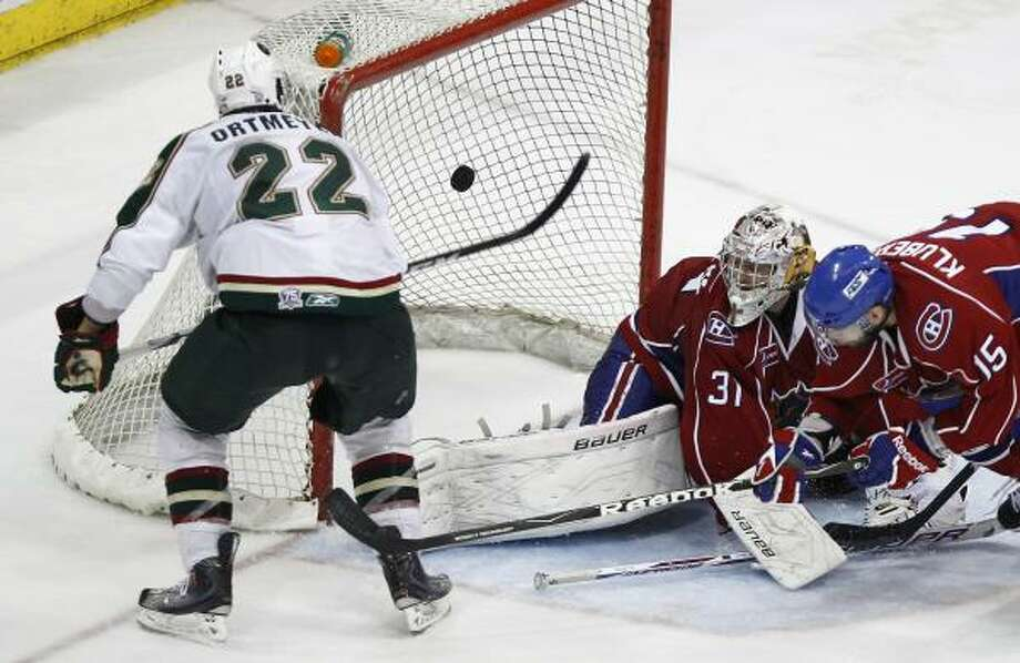 Aeros right wing Jed Ortmeyer (22) scores the game-tying goal past Hamilton goalie Drew MacIntyre in the third period. Photo: Nick De La Torre, Chronicle