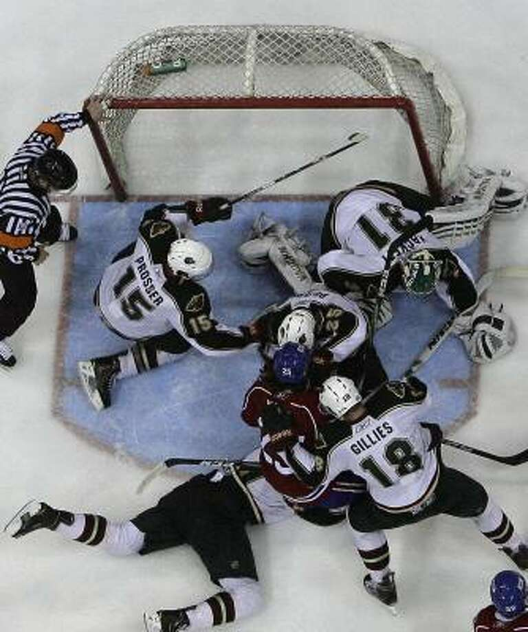 Bulldogs center Ryan White (25) is stopped at the goal as he and his teammates scramble to score in the final seconds. Photo: Cody Duty, Chronicle